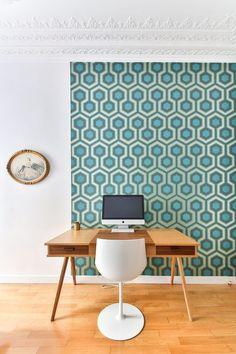 Pour éviter l'effet de vide autour d'un bureau à la déco minimaliste, on tapisse son mur de papier peint à motifs géométriques. L'astuce : ne pas tapisser tout le pan de mur mais s'arrêter volontairement et laisser un pan de mur blanc pour ne pas étouffer l'espace.   On crée un esprit scandinave très 70's avec une tapisserie bleue à motifs, dynamique et tendance. Pour briser les codes de la déco, on accroche au mur un tableau entouré d'un cadre doré. Les incontournables pour un bureau…