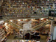 Librairie extrêmement moderne située dans un ancien entrepôt industriel de textile, la librairie Ler Devagar est un lieu incroyable. Au cœur de la LX Factory, dans le quartier d'Alcántara de Lisbonne, elle se partage l'espace avec des agences de publicité, des magasins de design et une galerie d'art.