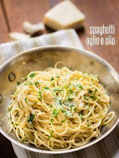 Spaghetti Aglio e Olio Recipe - Classic Spaghetti with Garlic and Oil Pasta Vegetarian Recipes, Cooking Recipes, Healthy Recipes, Cooking Pork, Delicious Recipes, Tasty, Italian Dishes, Italian Recipes, Italian Cooking