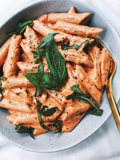 This vegan cashew cream tomato sauce served with whole wheat penne is a much lighter plant-based and nutritious option to a traditional vodka sauce made with heavy cream. The cashews are a source Think Food, I Love Food, Pesto, Plats Healthy, Whole Food Recipes, Healthy Recipes, Simple Food Recipes, Health Food Recipes, Drink Recipes