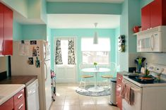 House of Turquoise: Cheery Turquoise and Red Kitchen no We Heart It / marcador visual House Of Turquoise, Turquoise Kitchen, Teal Kitchen, Cute Kitchen, Kitchen Colors, Vintage Kitchen, Turquoise Walls, Red Turquoise, Turquoise Accents