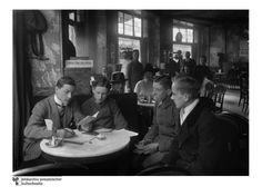 Anwerbung von Freiwilligen: In einem Werbebüro im Café Vaterland am Potsdamer Platz in Berlin werden im Januar 1919 Freiwillige für die Freikorps rekrutiert. Die Nationalsozialisten suchten in eben jener Szene später gern ihr Führungspersonal - so auch den ehemaligen Kadetten Stennes.