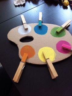 Une  palette  en  carton  et  des  épingles...  Une  façon  ludique  (et  pas  chère  d'apprendre  les  couleurs  aux  enfants):