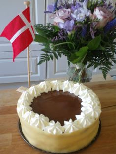 Othello - kagen over alle lagkager! This is the traditional Danish Othello birthday cake. Danish Cake, Danish Dessert, Danish Cuisine, Danish Food, Yummy Treats, Sweet Treats, Denmark Food, Luxury Cake, Pistachio Cake