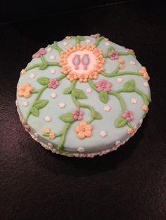 Een heerlijke zelfgemaakte fondanttaart! Gemaakt met spongecake, jam, room en fondant. Erg leuk om klaar te maken en ook om op te eten...