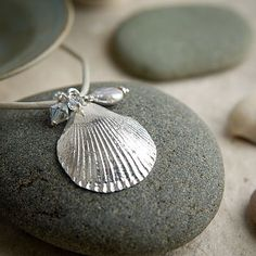 Scallop necklace stone detail