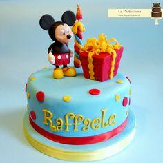 Per festeggiare il primo compleanno, torta con topolino che ammira il regalo www.la-pasticciona.it