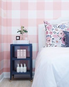 I'm not usually a wallpaper fan, but these gingham walls by @caitlinwilsondesign are GORGEOUS. What a beautiful guest room space