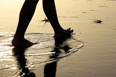 Tips om jezelf te gronden 1.Ga op de grond zitten. 2.Tuinier. 3.Loop blootsvoets. 4.Ga lekker zwemmen. Wees in het nu en voel je ware aard als spirituele ziel. Dan ben je eigenlijk altijd gegrond, wat je ook doet.
