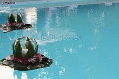 http://www.lemienozze.it/gallerie/foto-fiori-e-allestimenti-matrimonio/img26349.html Allestimento galleggiante per la piscina con candele e fiori per il matrimonio