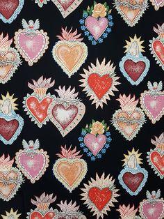 """#Tela """" Alma y #Corazón """" en negro, diseño de #AlexanderHenry. Son las telas originales de #AHFabrics. Envío desde España en 48h. Gratis desde 50€ de compra."""