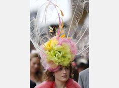 Englands Frauen der High-Society tragen beim Pferderennen Royal Ascot ihre ausgefallenen Hüte zur Show | Welt