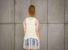 Colete de crochê com franjas feito à mão na cor off white da marca Coleteria ♡ - Coletes exclusivos | feminino e infantil | Coleteria ♡