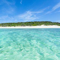 Playa desierta tropical de las islas Yaeyama, Japón