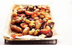 Tomaat & worst van de bakplaat - Recept - Allerhande - Albert Heijn Fish And Meat, Pretzel Bites, New Recipes, Make It Simple, Good Food, Potatoes, Lunch, Bread, Homemade