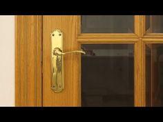 Cómo pintar puertas de madera en blanco (sin lijar) - Una Casa Diferente Diy Videos, Door Handles, Patio, Doors, Crafts, Home Decor, Ideas, Moldings, Painted Furniture