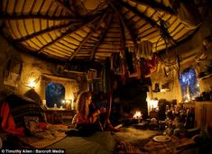 Oxford graduate Emma Orbach plays the Celtic harp in her hobbit-style mud and straw roundhouse in the Welsh mountains Hobbit Hole, The Hobbit, Cabana, Mud Hut, Oxford, Natural Homes, Earth Homes, Natural Building, Green Building