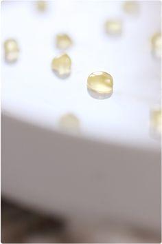 Perles de miel  -    4 personnes (30 à 40 g de perles)  50 g de miel 5 cl d'eau 1/4 cc d'agar-agar De l'huile de tournesol Une seringue ou une pipette Une pte passoire  Avec foie gras ou fromage..... etc