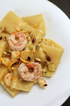 Shrimp carbonara paccheri with orange zest and chopped pistachios – Shellfish Recipes Risotto Cremeux, Pasta Recipes, Cooking Recipes, Shellfish Recipes, Weird Food, Food Humor, Daily Meals, Fish Dishes, I Foods