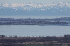Sagenhafer Blick vom Hohentwiel über Konstanz zu den Alpen.
