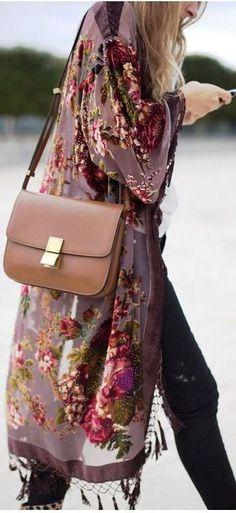 Ideal combinación del guardapolvo de flores con el bolso estilo retro
