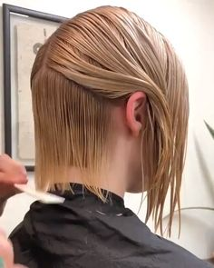Trendfrisuren Joe, akkurater Mittelscheitel oder People from france Slice Kick the bucket Frisurentrends 2020 Bob Hairstyles For Fine Hair, Trending Hairstyles, Easy Hair Cuts, Short Hair Cuts, Hair Cutting Techniques, Angled Bob Haircuts, Diy Haircut, Girl Haircuts, Hair Trends