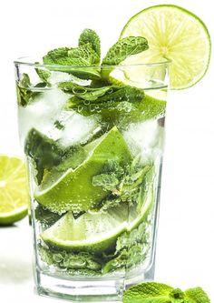 MOJITO SIN ALCOHOL  INGREDIENTES - 11 hojas grandes de menta fresca (o 16 pequeñas) - ¾ de lima en rodajas - 360 ml de Sprite o cualquier otra bebida con gas - 1 taza de hielo triturado