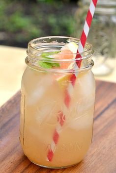 Southern Style Gin Cocktails - Gin and grapefruit juice. Mason Jar Meals, Meals In A Jar, Mason Jars, Summer Cocktails, Cocktail Drinks, Alcoholic Drinks, Beverages, Cocktail Ideas, Cocktail Recipes