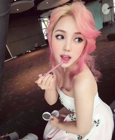 Hair Chalk — Asian girls just can& get enough of pink ombre. Beauty Makeup, Hair Makeup, Hair Beauty, Pastel Hair, Pink Hair, Ombre Hair, Looks Kawaii, Pony Makeup, Color Fantasia