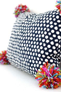 Pom Pom Pillow PILLOW DIY: use a fabric placemat: undo stitching, fill with stuffing, stitch back up Sewing Pillows, Diy Pillows, Decorative Pillows, Pillow Ideas, Decorative Accents, Toss Pillows, Couch Pillows, Fabric Crafts, Sewing Crafts