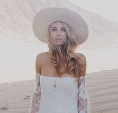 Love romantic lace and long bouncy waves. Bohemian Style, Boho Chic, Boho Ootd, White Bohemian, Women's Fashion Dresses, Boho Fashion, Boho Life, Romantic Lace, Bridal Style