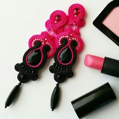 Pink & Black - the most feminine color combination! Jewelry Design Earrings, Funky Jewelry, Beaded Jewelry, Black Earrings, Clip On Earrings, Chandelier Earrings, Tassel Earrings, Soutache Tutorial, Soutache Necklace