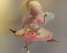 Needle felted. Magic forest fairy music playing por BottegaSogni