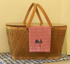 Vintage Picnic Basket...                             i loooooove my basket like this:-)