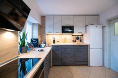 #IXINA #IXINAclara #IXINAkitchen #woodaccents #germankitchens #modernkitchen #kitchendesign #Lshapedkitchen  #kitchenfurniture #kitchenideas #kitchendecor #kitchengermandesign  #bucatarieIXINA #bucatariemoderna Modern L Shaped Kitchens, Kitchen Cabinets, Furniture, Design, Home Decor, Decoration Home, Room Decor, Cabinets