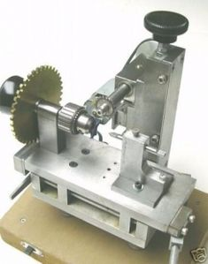 Gear Cutter - Homemade gear cutter constructed from aluminum plate, a spindle, chuck, and a motor. Metal Mill, Metal Shop, Lathe Tools, Wood Lathe, Cnc Lathe, Metal Working Tools, Metal Tools, Homemade Tools, Diy Tools