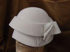 Filcový klobouček č.6390 Svělounce béžový velurový klobouk ve tvaru zvonku s ozdobně nasazenou krempou anápaditě vyrobenou ozdobou
