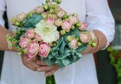 Verde Pimienta | Esmeralda y rosa - Ramo de rosas ramificadas rosas con hortensia teñida con tintes naturales en color esmeralda.