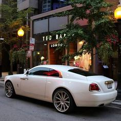 Rolls Royce Wraight, le coupé énorme et tres rapide de chez Rolls , le seul de la marque emblématique à pouvoir assurer sur la route autant qu'une Bentley...