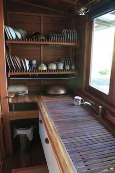 ルーバー状格子状の木製水切りのある、横長でゆったりとした作りのキッチンシンク