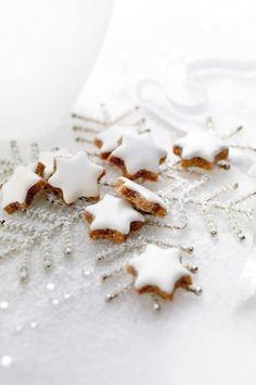 Traemos hoy una receta austríaca para comentar. Se trata de unas ricas galletas con canela y almendra que, aunque navideñas, pueden servirnos para cualquie