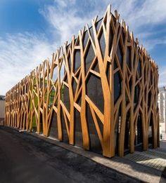 I appreciate this marvelous fence art Architecture Cool, Contemporary Architecture, Landscape Architecture, Contemporary Design, Natural Architecture, Amazing Buildings, Modern Buildings, Building Facade, Building Design