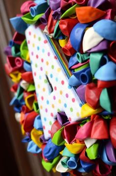 Cool craft idea for moms & kids!  Personalized balloon wreath.