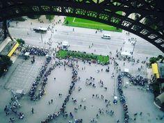 """Eiffel Kulesi'ne çıkmak için kuyrukta bekleyenler  Paris #paris #france #fransa #europe #eiffeltower #kuyruk #tatil #gezelim #gorelim #trip #pegasus #thy #tatil #instagood #instagram #traveller #travellover #travelgram #traveling"