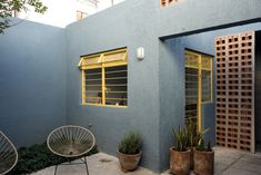 Dwelling restoration located in a traditional neighborhood in Guadalajara, in which the composite axis were; creating spaces that were to be used every day, improving the flow, light and function of the same and appropriating architectural typical element
