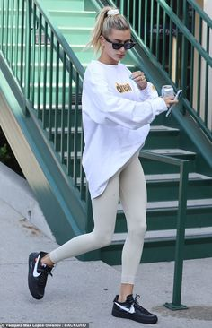 Hailey Baldwin reps Justin Bieber's brand Drew House-Hailey Baldwin reps Justin Bieber's brand Drew House Drew repping: It's no shock she wore her famous husband Bieber's line while out-and-about,… - Hailey Baldwin Model, Estilo Hailey Baldwin, Justin Bieber, Celebrity Outfits, Celebrity Style, Look Fashion, Fashion Outfits, Justin Hailey, Vintage Outfits