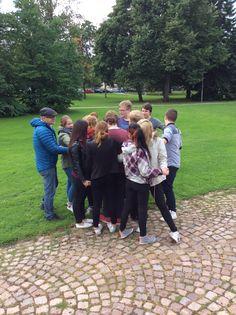 Yhteisessä lopetuksessa ryhmän opettaja ratkoo oppilaista koostuvan solmun.