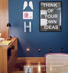 SOLUÇÕES EM 25 M² Pintada com a cor Azul Cobalto, da Suvinil, a parede da sala de estar recebeu lâmpadas balizadoras (Foto: Edu Castello)