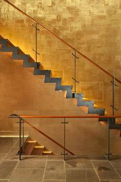 indirekte Beleuchtung der Holz-Treppenstufen in warmweiß