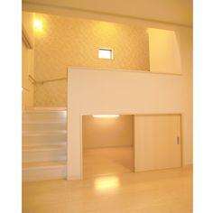 スキップフロアと階段の下は3帖分の大型収納になっています。 Minimal House Design, Minimal Home, Design Your Bedroom, Small Room Design, Room Arrangement Ideas, Loft Bed Frame, Japan Interior, Diy Kitchen Storage, Steel House